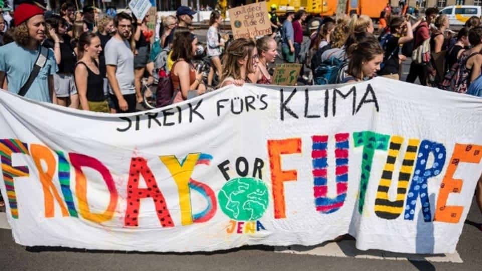 """Jugendliche demonstrieren am """"Fridays for Future"""" Ende August in Leipzig."""