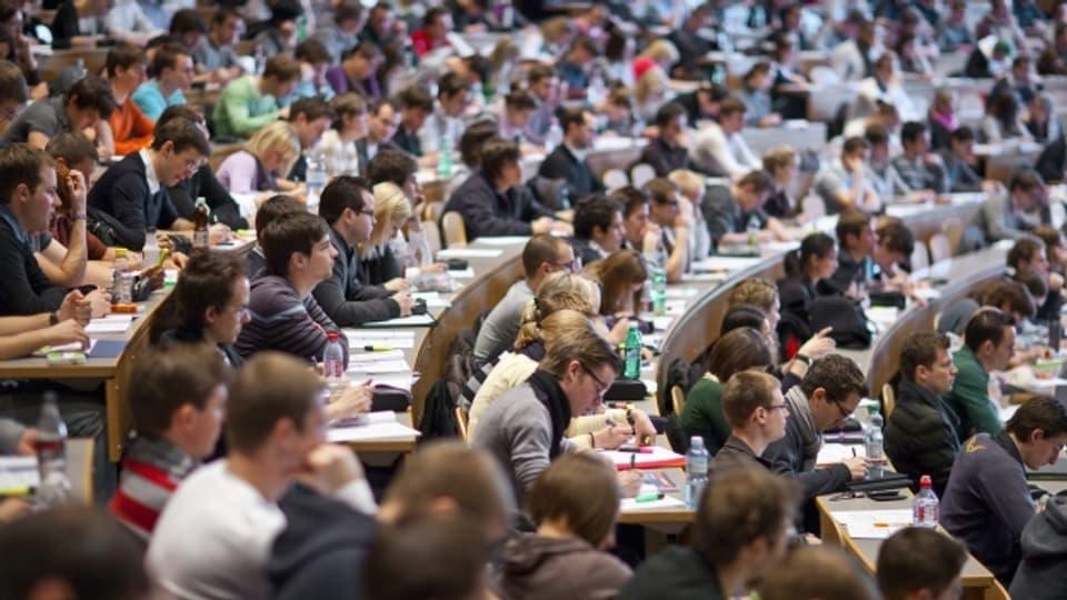 Ein überfüllter Hörsaal: An der Universität Genf soll das Platzproblem mit Videovorlesungen gelöst werden.