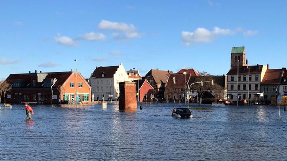 Die Ostsee überflutete Strassen und Plätze in der Altstadt von Wismar, Norddeutschland.