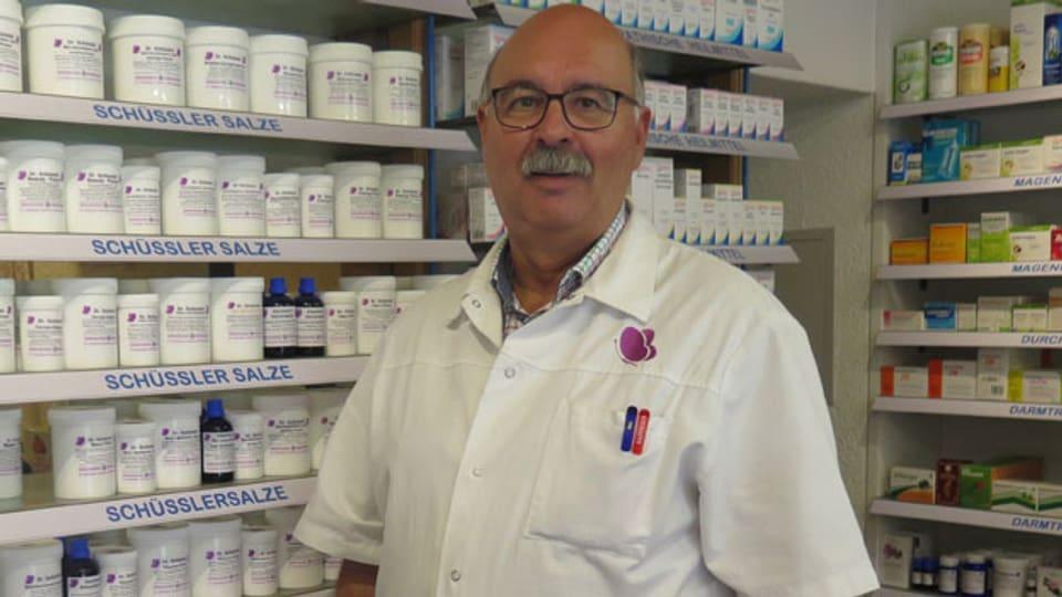 Peter Eberhart in seiner Drogerie im Simmental.