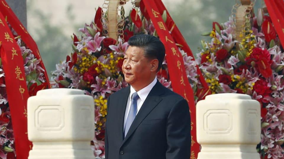 Der chinesische Präsident Xi Jinping am Denkmal für die Volkshelden auf dem Platz des Himmlischen Friedens in Peking.