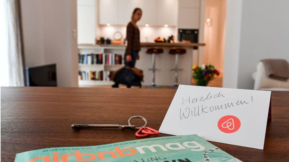 Eine Herzlich-Willkommen-Karte liegt in der Wohnung eines Airbnb-Gastgebers.