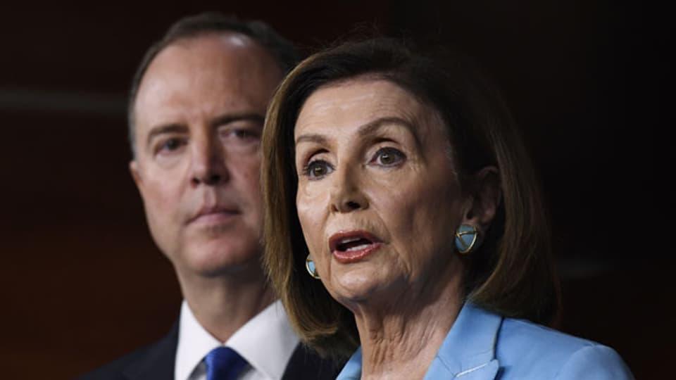 Nancy Pelosi, Sprecherin des Repräsentantenhauses (vorne rechts). Im Hintergrund der Vorsitzende des Geheimdienstausschusses, Adam Schiff.