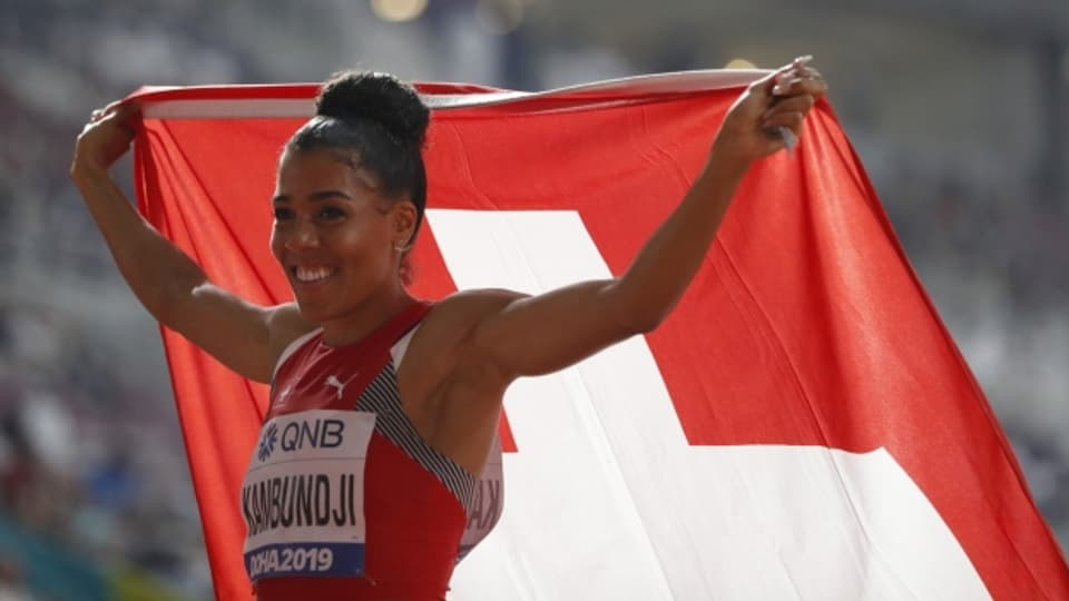 Eingehüllt in die Schweizer Flagge: Mujinga Kambundji.