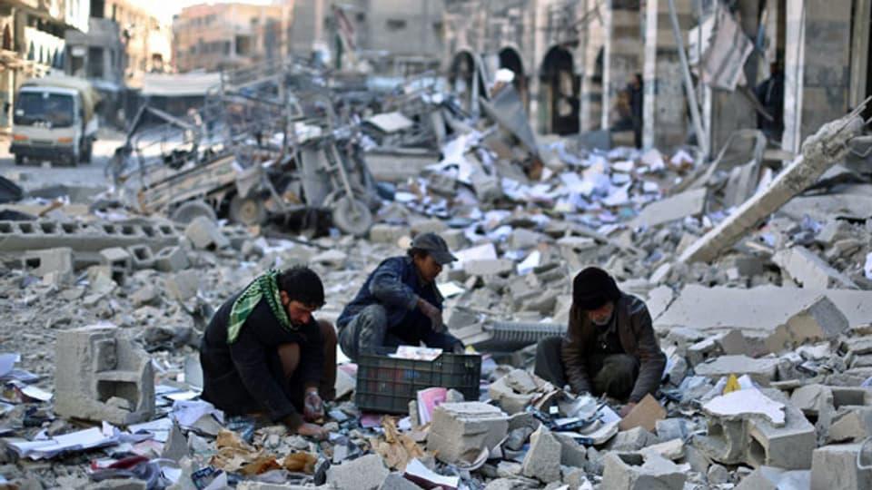 Trümmer eines Gemeinderatsgebäudes, das bei einem Luftangriff getroffen wurden. Douma, Vorort von Damaskus am 30. Dezember 2015.