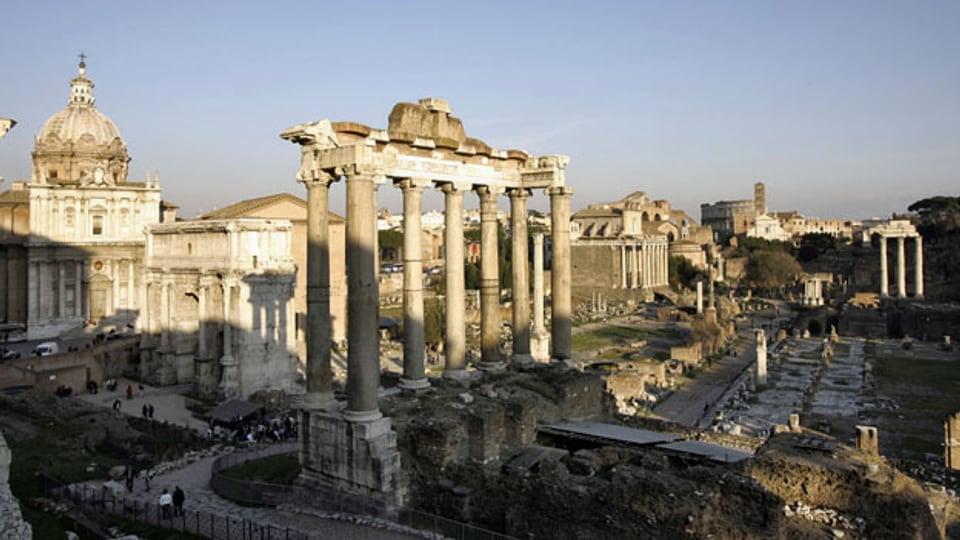 Das Forum Romanum mit dem Kolosseum in Roms.