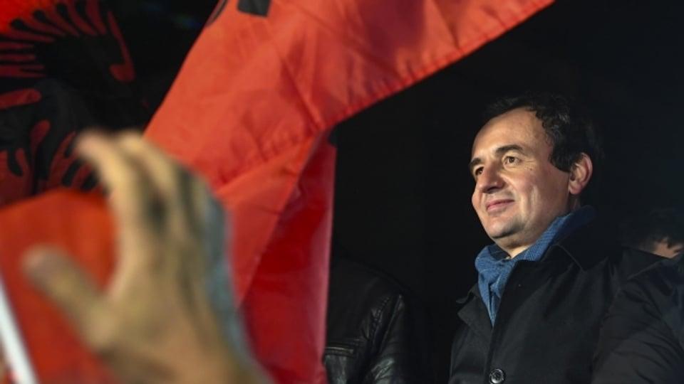 """Albin Kurti, Gründer der Oppositionspartei """"Vetevendosje"""" wendet sich nach den vorgezogenen Parlamentswahlen in Pristina an seine Unterstützer."""