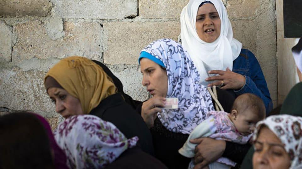 Frauen in der syrischen Stadt Khan Sheikhoun, Syrien. Die Stadt hat eine strategische Position in der nordwestlichen syrischen Provinz Idlib inne und fiel im vergangenen Monat nach Wochen einer massiven Offensive syrischer Truppen, die von der russischen Militärunterstützung unterstützt wurde, den Streitkräften zum Opfer.