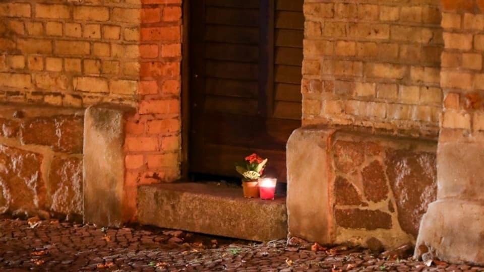 Eine Kerze steht vor der Synagoge in Halle. Am Vortag hatte hier ein schwerbewaffneter Täter versucht, in die Synagoge einzudringen und dort unter Dutzenden Gläubigen ein Blutbad anzurichten.