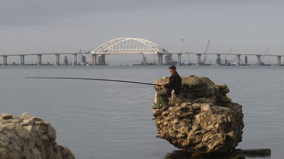 In Rekordzeit haben die Russen die Krim-Brücke gebaut und letztes Jahr eröffnet. Sie ist ihre einzige Landverbindung zur Halbinsel.