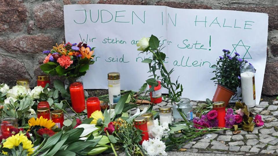 Blumen, Kerzen und Zettel bei der Synagoge in Halle.