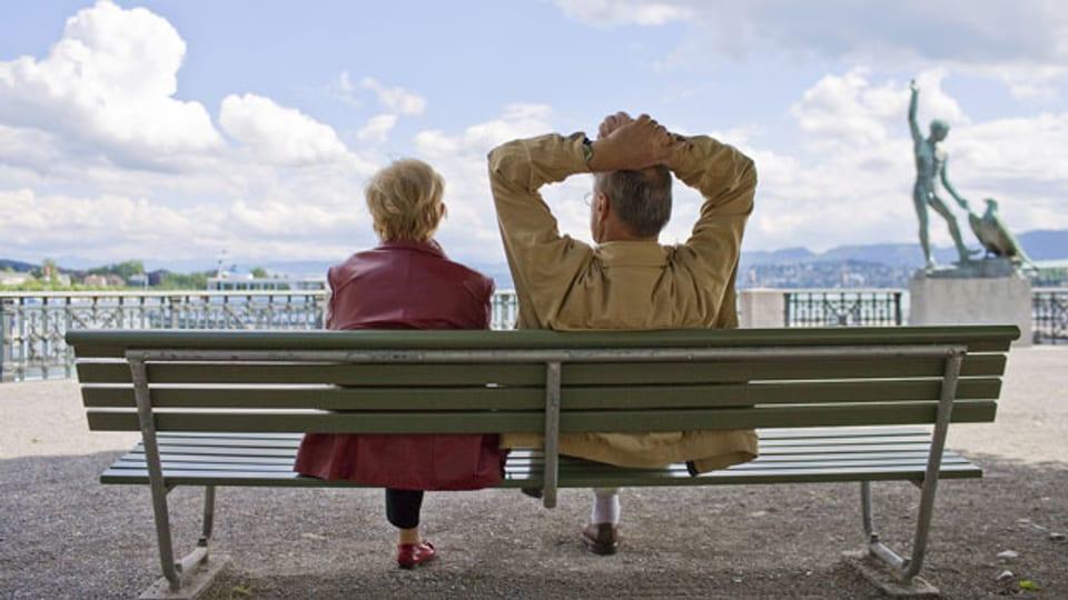 Ein Rentnerpaar geniesst die Ruhe am See.