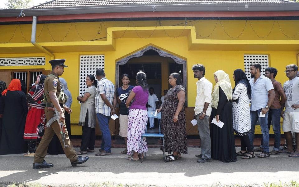 Vor einem Wahllokal in Colombo.
