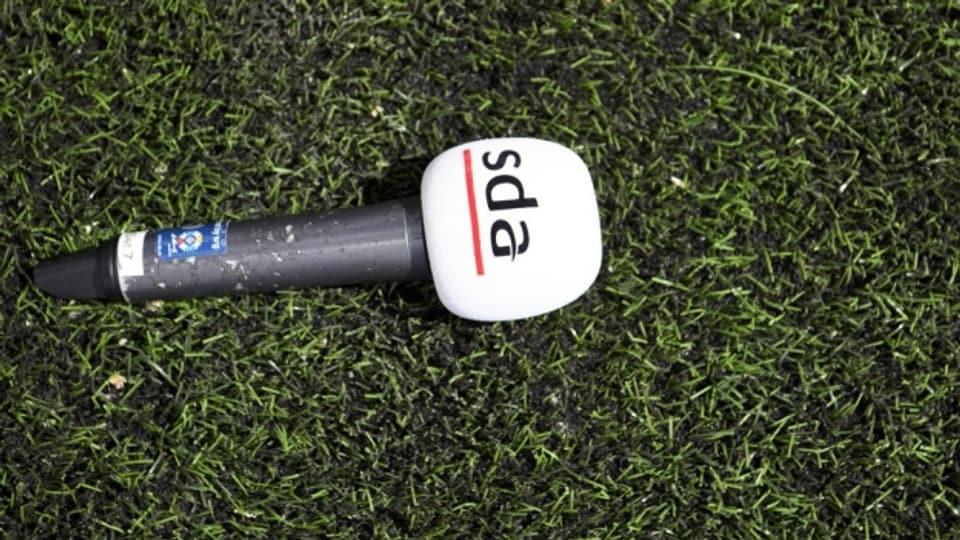Ein Mikrofon mit dem Logo der SDA.