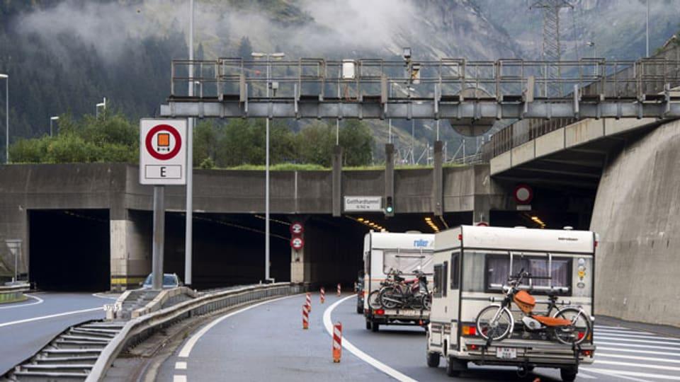 Wohnwagen fahren in den Gotthard-Strassentunnel am Nordportal in Göschenen.