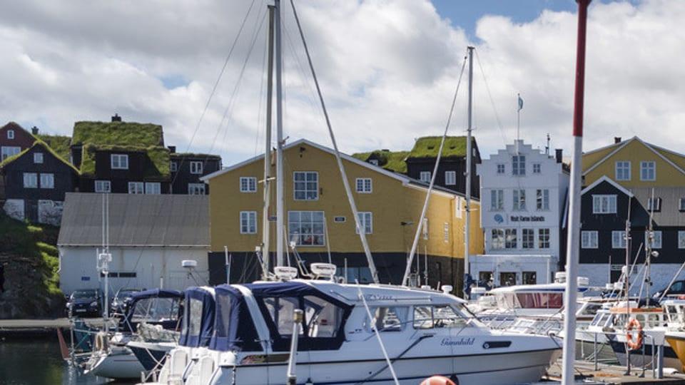 Typische Häuser und Schiffe auf den Färöer Inseln
