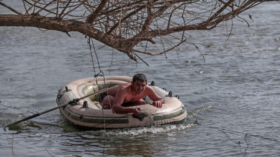 Migranten im Boot auf dem Grenzfluss Evros