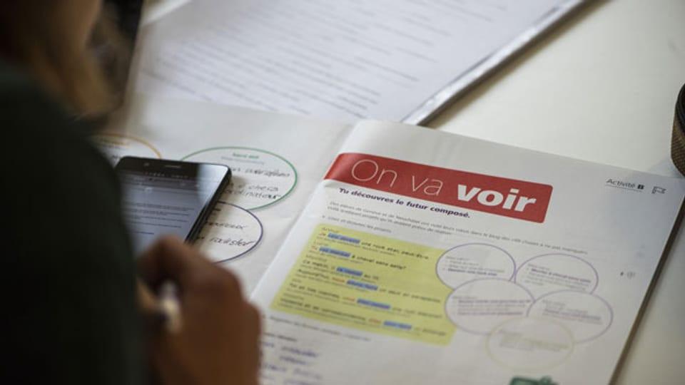 Ein Schülerbuch, während einer Französischstunde im Gymnasium der Kantonsschule Solothurn.