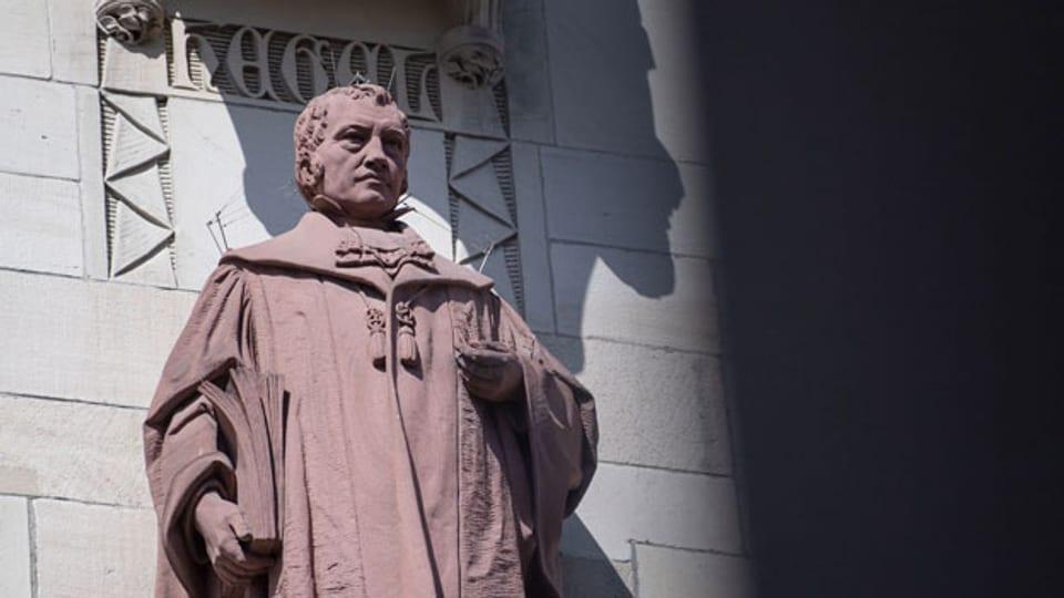 Eine Skulptur von Daniel Stocker aus dem Jahr 1905, die den Philosophen Georg Wilhelm Friedrich Hegel darstellt, steht auf einem Sockel an der Fassade des Rathauses in Stuttgart.