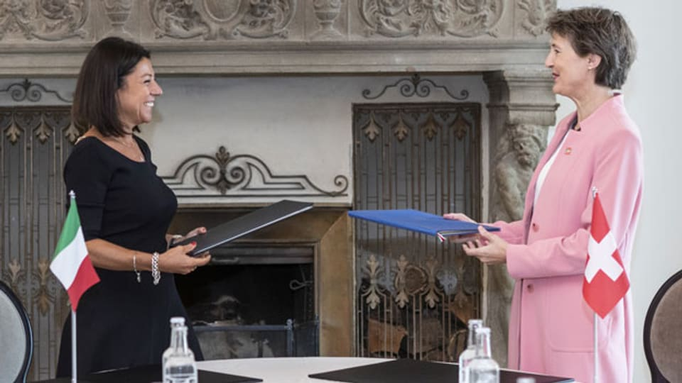 rechts) und die Verkehrsministerin aus Italien, Paola de Micheli.