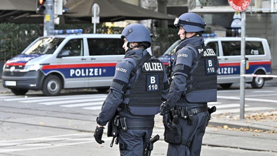 Polizeibeamte stehen am 3. November 2020 am Tatort Schwedenplatz in Wien.