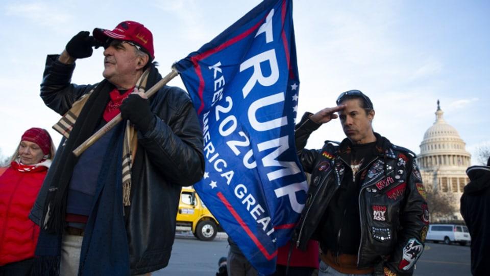 Viele republikanische Wähler halten Donald Trump noch immer die Treue, während sich immer mehr Politikerinnen und Politiker aus dem Partei-Establishment von ihm abwenden.