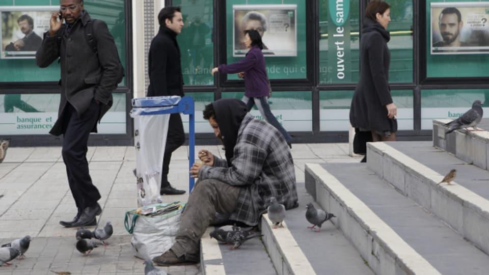 Obdachloser sitzt auf Treppe
