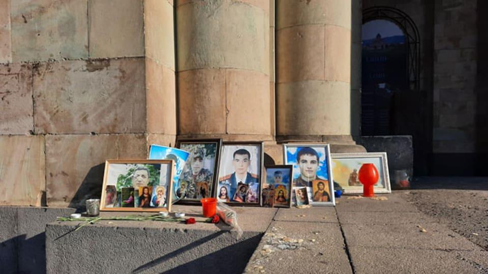 Fotos gefallener Soldaten vor einem Gebäude im Zentrum von Eriwan.