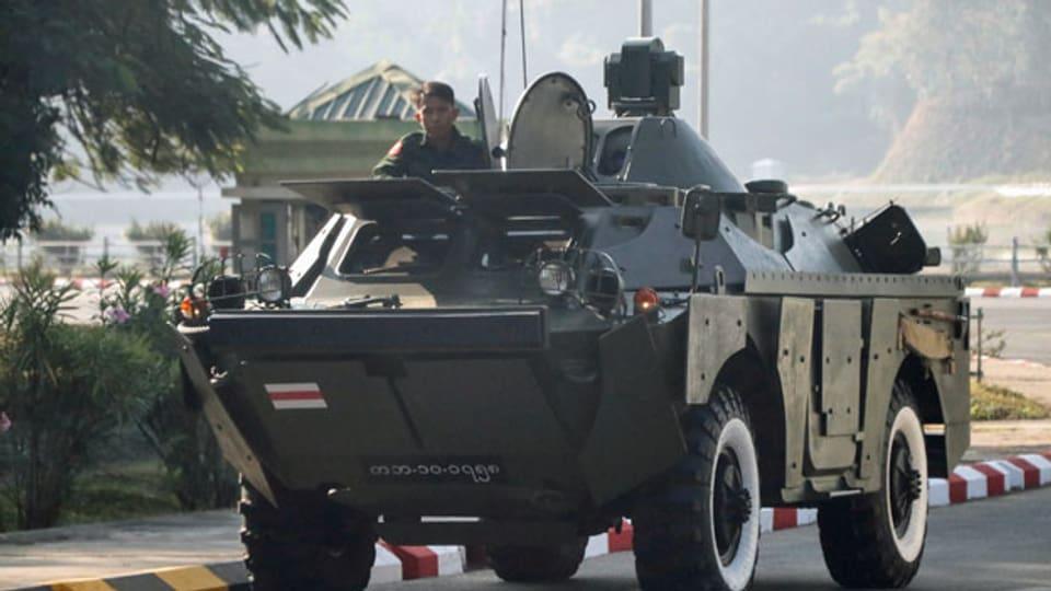 Myanmars Militär auf dem Weg zum Kongressgelände in Naypyitaw, Myanmar.