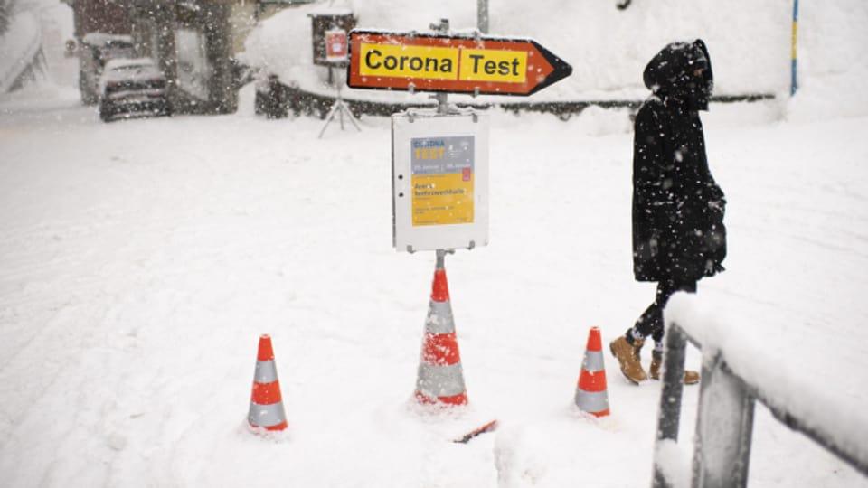 Corona Massentest - hier im verschneiten Arosa Ende Januar 2021.