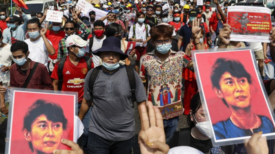 Burma: Proteste gegen die Putschisten