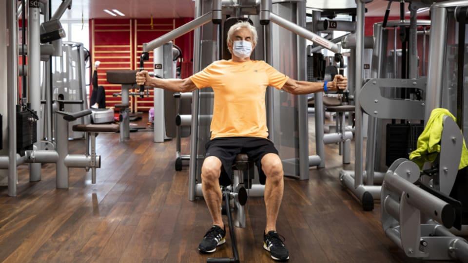 Training mit Atemschutzmaske in einem Fitnesspark in Luzern im November 2020.
