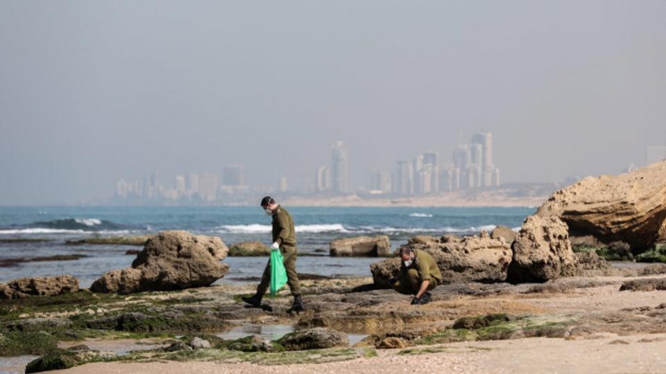 Israelische Soldaten räumen den Strand in der Nähe der Stadt Rishon Lezion.