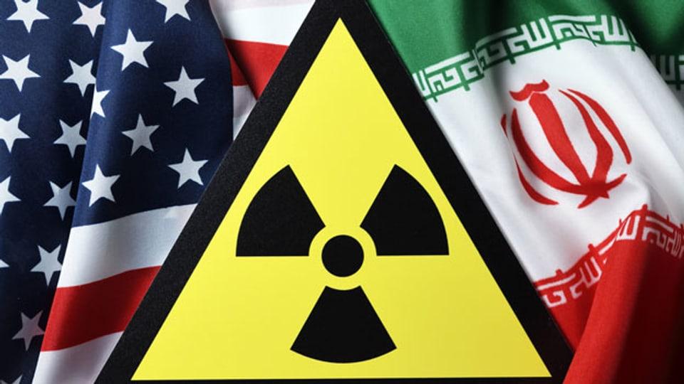 Die Fahnen der USA und von Iran.