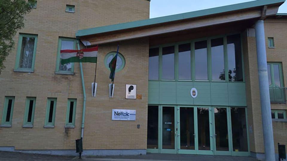 Eingang zum Ghandi-Gymnasium in Pécs, Ungarn.