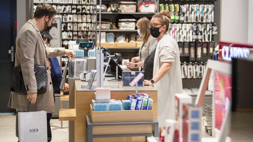 Kunden mit Schutzmasken beim Einkaufen im Kaufhaus Loeb in Bern.