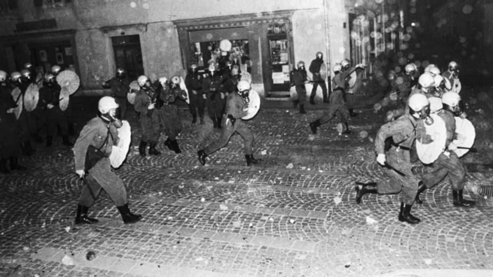 Die Polizei geht 1977 mit Schlagstöcken und Tränengas in Moutier gegen Separatisten vor.