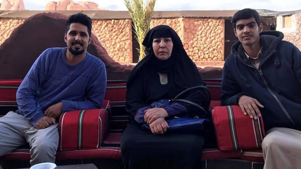 «Frauen sorgen für die Kinder, putzen. Ich komme nicht viel raus».  Alia Amamre, Beduinin, Wadi Rum, mit zwei ihrer sechs Kinder.