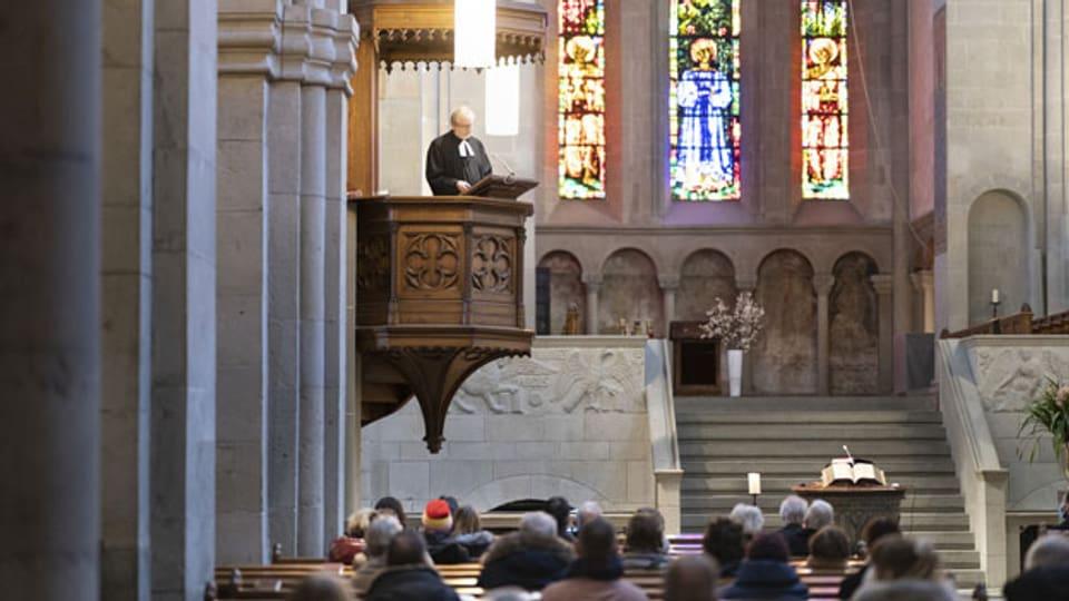 Pfarrer Christoph Sigrist hält vor 50 Personen den Gottesdienst am 24. Januar 2021 im Zürcher Grossmünster.