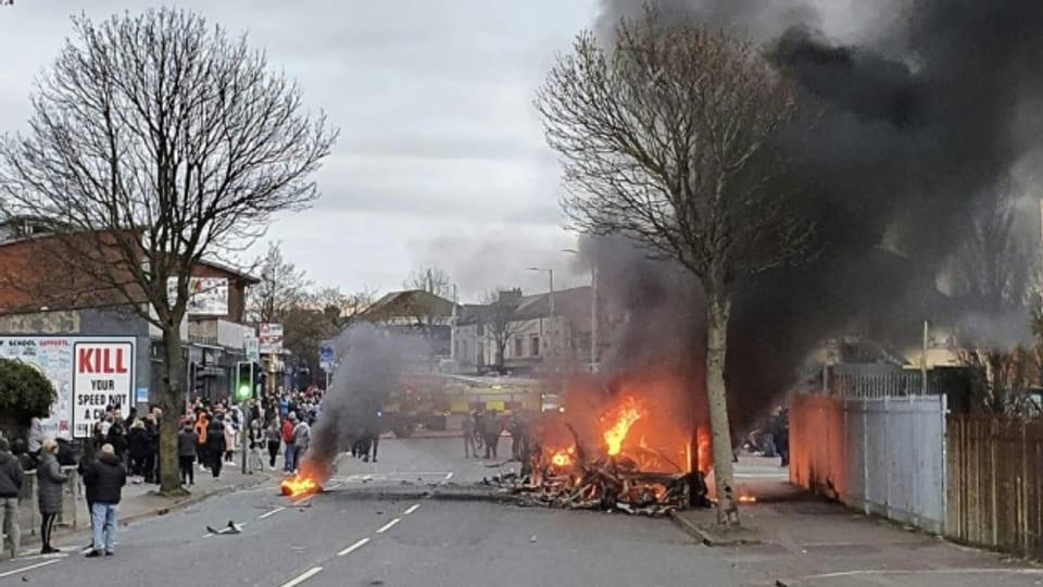 Am Mittwoch eskalierte die Gewalt bei der Shankill Road im Westen Belfasts, in der Nähe der sogenannten Friedensmauer zwischen dem protestantischen und dem katholischen Quartier.