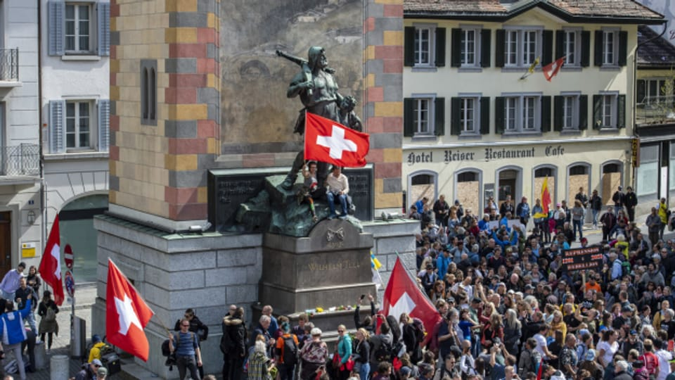 Die Corona-Massnahmen bleiben umstritten: einige Hundert demonstrierten heute in Altdorf dagegen.