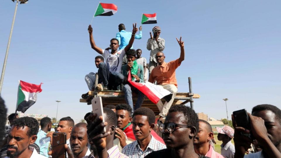 In der sudanesischen Hauptstadt feiern Menschen die Revolution (Aufnahme von 2019).