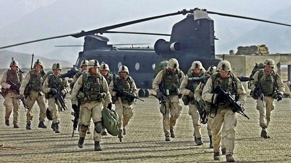 US-Soldaten steigen auf dem Luftwaffenstützpunkt Bagram aus Transporthubschraubern aus. Archivbild vom März 2002.