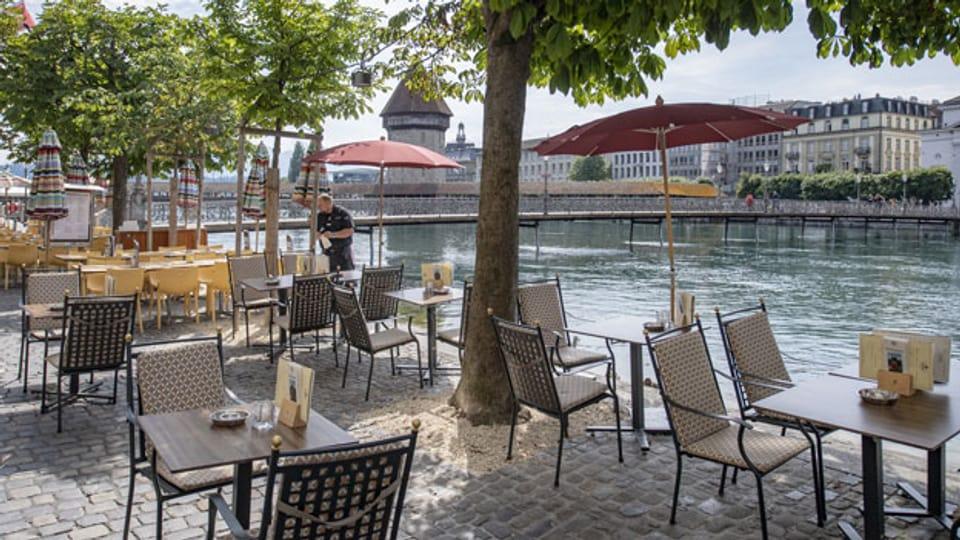 Die Restaurants am Reuss Quai in der Altstadt in Luzern sind für die Gäste bereit.