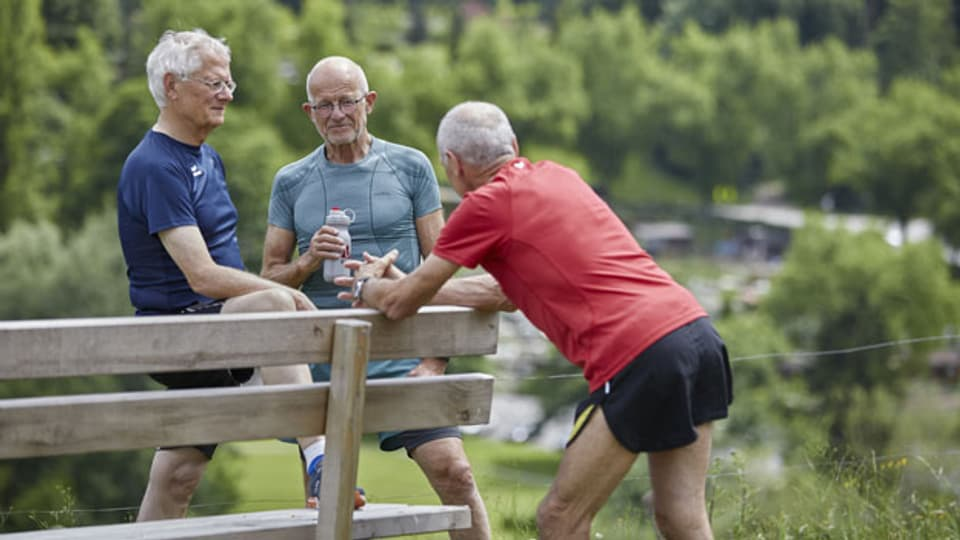 Drei Mitglieder des Lauftreffs Luzern unterhalten sich nach dem Joggen. Symbolbild.