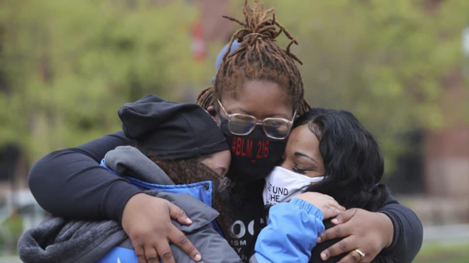 Aktivistinnen in Cleveland umarmen sich nach dem Schuldspruch im Prozess.