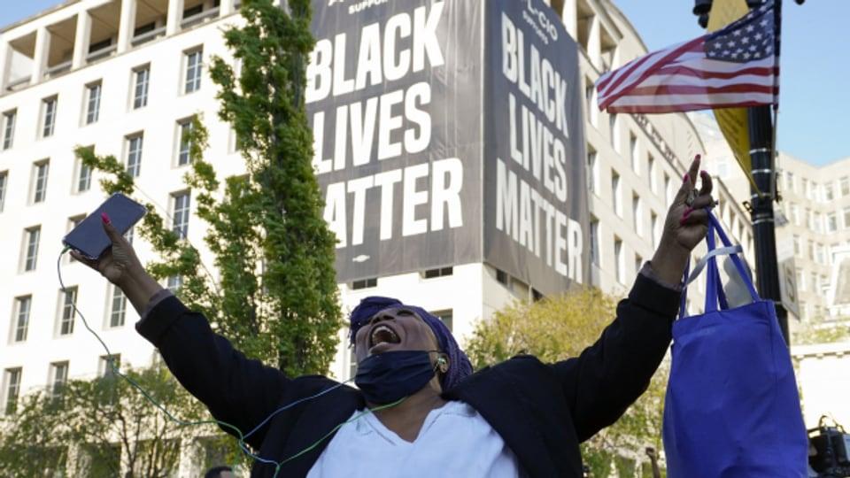 Kollektive Erleichterung: Die Urteilsverkündung im Fall George Floyd sorgte besonders bei Afroamerikaner*innen in den USA für Freude.