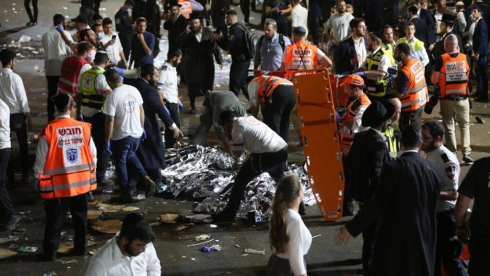Rettungskräfte bergen Tote und Verletzte nach der Massenpanik im Norden Israels.