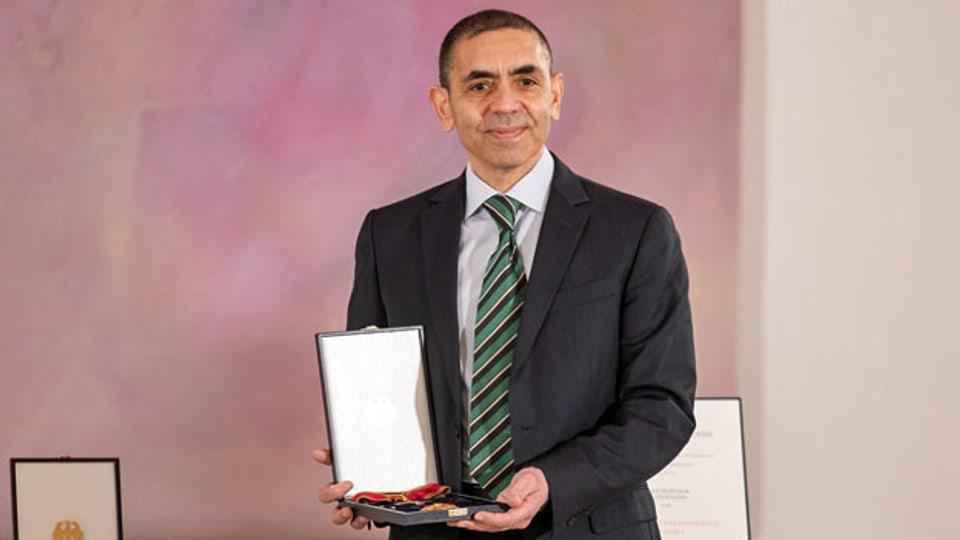 Ugur Sahin, Mitbegründer des Impfstoffentwicklers Biontech, erhält in Berlin für seinen Einsatz auf dem Gebiet der mRNA-Technologieforschung das Grosse Verdienstkreuz der Bundesrepublik Deutschland.