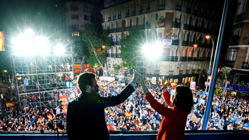 Konservative Politiker in Madrid lassen sich von der Menge feiern